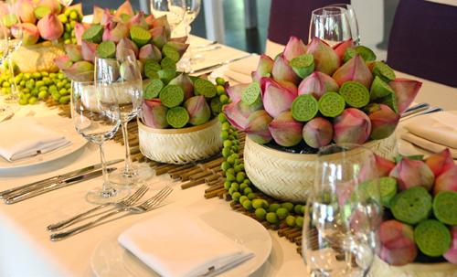 trang trí bàn hai họ với hoa sen