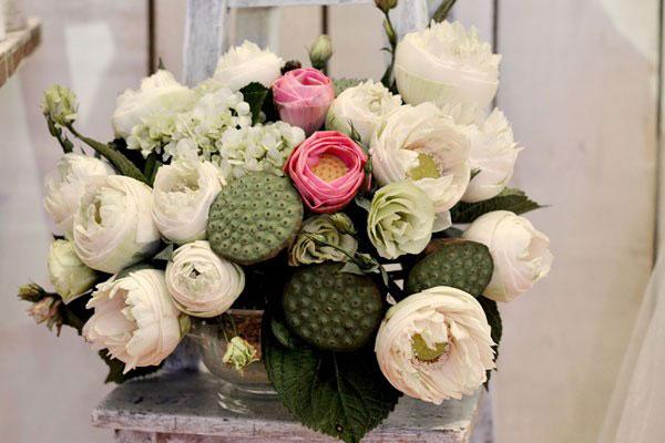 trang trí tiệc cưới với hoa sen