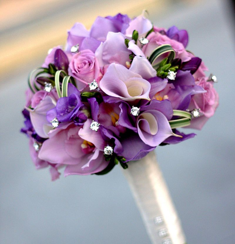 hoa cầm tay màu tím lãng mạn