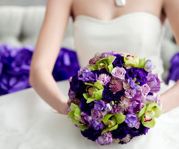 hoa cầm tay màu tím
