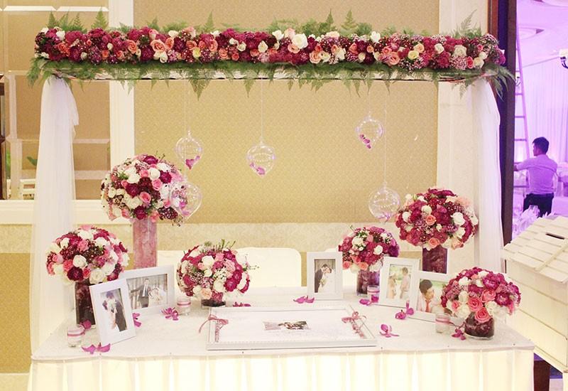 trang trí tiệc cưới hoa tươi
