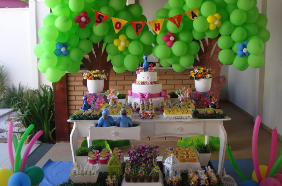 Trang trí tiệc sinh nhật cho bé chủ đề vẹt Rio