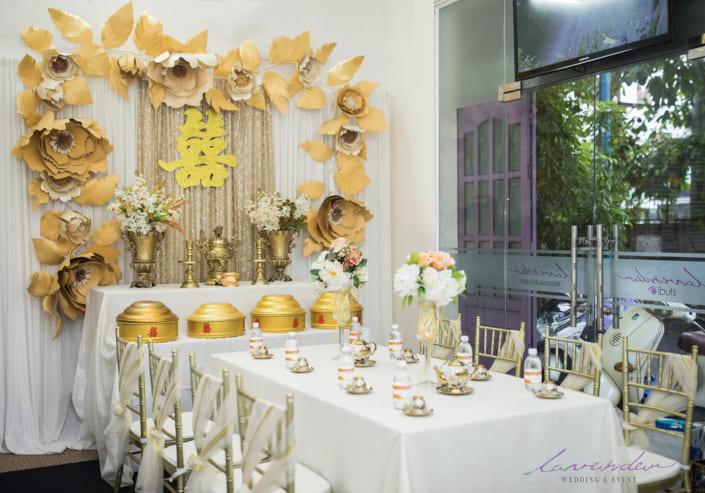 mẫu trang trí hoa lụa tone vàng đồng